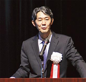 講演する富坂さん