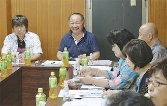 会議で笑顔を見せる山口支部長(中央)