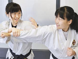 息の合った攻防を見せる上原さん(左)と松尾さん