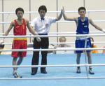 勝ち名乗りを上げる豊嶋君(右)写真提供・横浜総合高