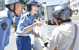 事故防止を呼びかける警察官
