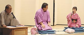 大喜利に参加する高松さん(右)(左は司会の好楽さん)