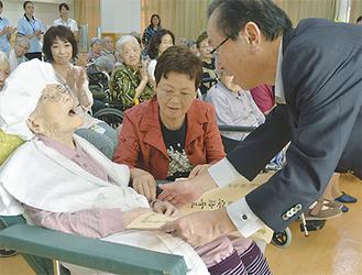 中島区長(右)から賞状を受け取る中澤さん