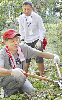 「Y庭園」の雑草を刈るメンバー