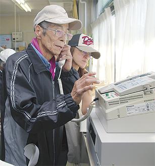 中村小で無線機の試験を行う住民