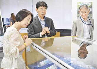 展示会場を見学する山崎さん(左)と山口館長(右)