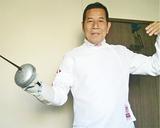日本代表のユニフォームに身を包み剣を構える大橋さん(写真提供本人)
