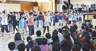 50周年を祝い、ダンスを披露する3年生