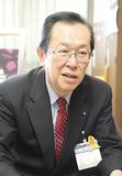 区長室でインタビューに答える中島区長