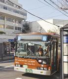 現庁舎前を通る神奈中バス