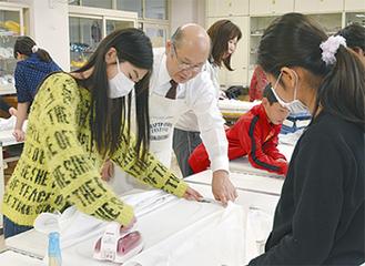 沼能さん(中央)の指導を受ける生徒