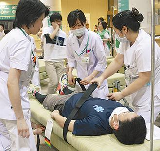 訓練で患者を救護する医師ら