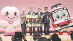 18日のイベントにマスコットと参加した京急の原田社長(中央右)