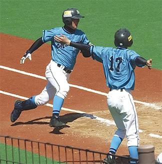 2回戦で太田スタジアムを走る選手(写真提供・横浜南ボーイズ)