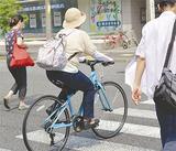 交差点を走る自転車