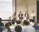 参加者を前に事例を紹介する横澤さん(右)
