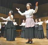 音楽劇を披露するメンバー