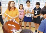 児童に力強い太鼓を披露する倉持さん(左)