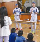 児童の質問に答える小杉選手(右)と平田選手