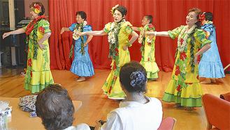 彩りあふれる衣装で踊るメンバー