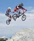 コースで大きなジャンプを見せる松下さん(手前)(Photo Lyons)