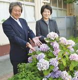 笑顔を見せる伊藤校長(右)と成島征宏副校長