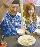冷やし梅そばを試食する小野瀬さん(左)と大山さん