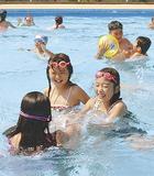 中村公園プールで遊ぶ子どもたち