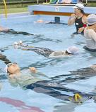 プールに浮く児童