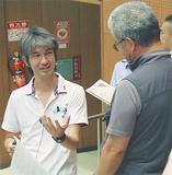 参加者と話し合う茂木さん(左)