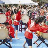 観客の目の前で演奏する南中和太鼓部