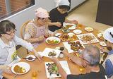 メカジキ入りのカレーライスなどを食べる参加者
