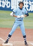 塁上で笑顔を見せる松本君(写真提供・横浜商業高校)