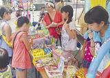 駄菓子コーナーに集まる子どもら