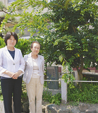 エノキの前に立つ伊藤校長(左)と長崎和枝さん