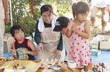 桜の木を使い工作する子ども