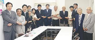 手を取り合う相談員(左から3人目が月出理事長)