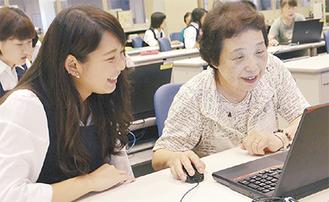 高校生からパソコン操作を学ぶ参加者