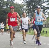 グラウンドを走る壮年の部の参加者