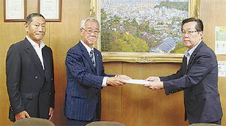 中島区長(右)に要望書を手渡す笠原支部長(中央)と斎藤副支部長