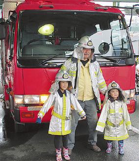 防火服を着て記念撮影する家族(昨年)