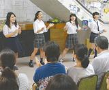 手拍子をしながら歌う合唱部の生徒