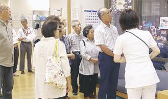 病院内を見学する参加者