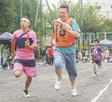 町内対抗リレーで競う参加者