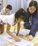 谷口さん(右)の指導を受ける小学生