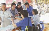 弘明寺で商品券を購入する人々