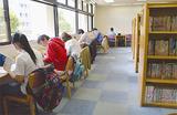 大岡地区センター内にある図書コーナーで読書をする住民