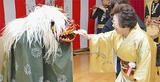 獅子舞と盛り上がる佐藤園長(右)