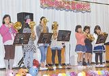 金管楽器で演奏する児童