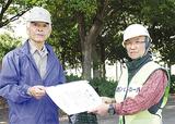 岩田会長(左)から感謝状を受け取る出井さん